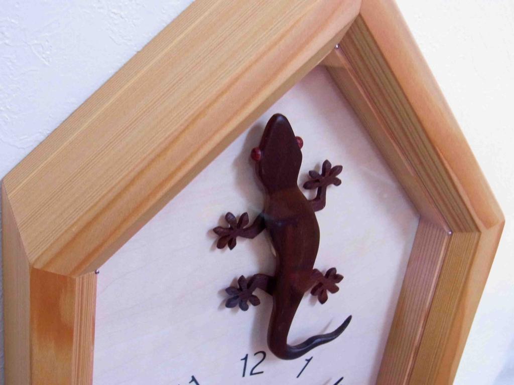 木製の掛け時計・置き時計・からくり時計など贈り物に人気の手作り時計  キコリ時計工房(Kicori)【本店】 ヤモリの時計