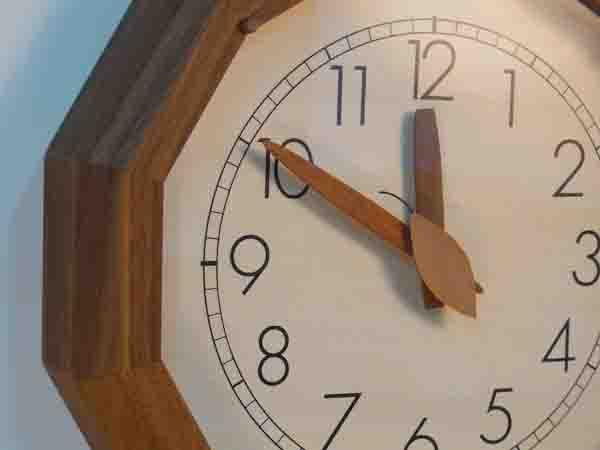 木製の掛け時計・置き時計・からくり時計など贈り物に人気の手作り時計 |キコリ時計工房(Kicori)【本店】|森の電葉時計(12角形・ウォールナット)